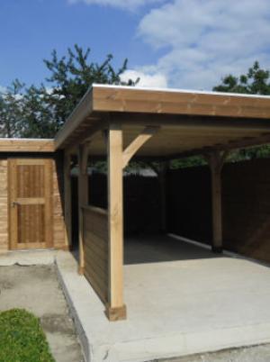 Blokhut met houten carport
